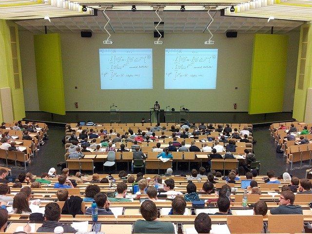 大学で授業を受けている風景
